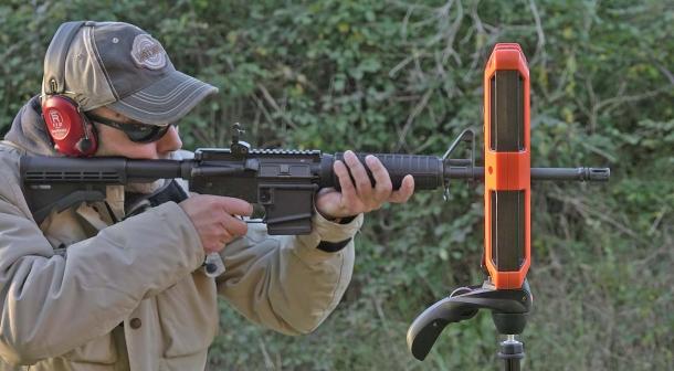 Per una corretta misurazione, la volata dell'arma deve sporgere leggermente rispetto al piano del cronografo