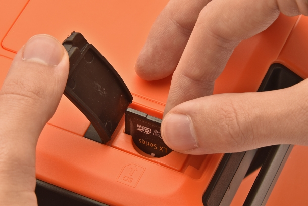 Data are registered on a SD card, allowing them to be transferred to a PC