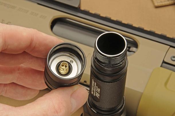 Il vano batterie può ospitare una singola batteria tipo 18650, oppure due batterie tipo CR123