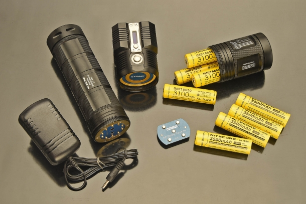 The TM28 can run with 4 IMR18650 dedicated rechargeable batteries, but also accepts standard Li-iohn 18650 batteris or the heavy duty optional Nitecore NBP68HD battery pack (big, at left)
