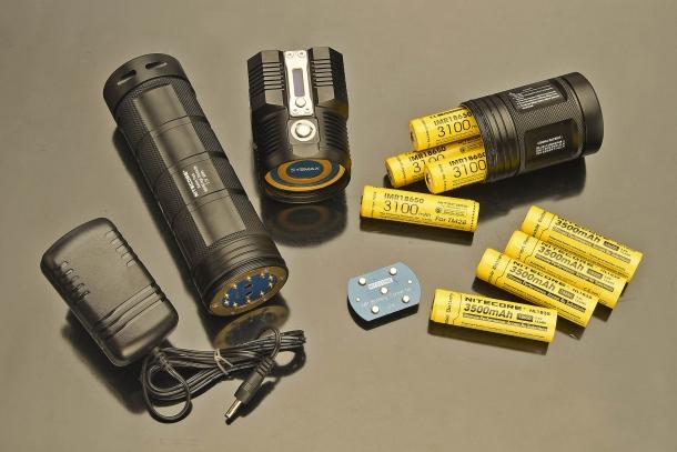 La torcia Nitecore TM28 funziona con 4 batterie ricaricabili dedicate IMR18650, ma anche con batterie standard Li-iohn 18650, oppure il pacco batterie opzionale Nitecore NBP68HD (grande, a sinistra)