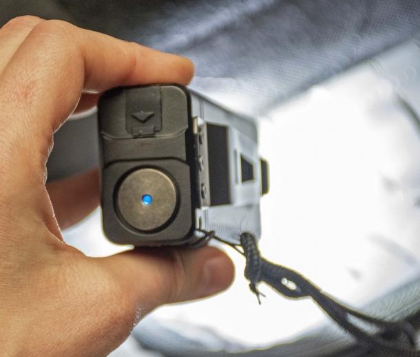 L'indicatore luminoso blu (acceso) sul pulsante posteriore