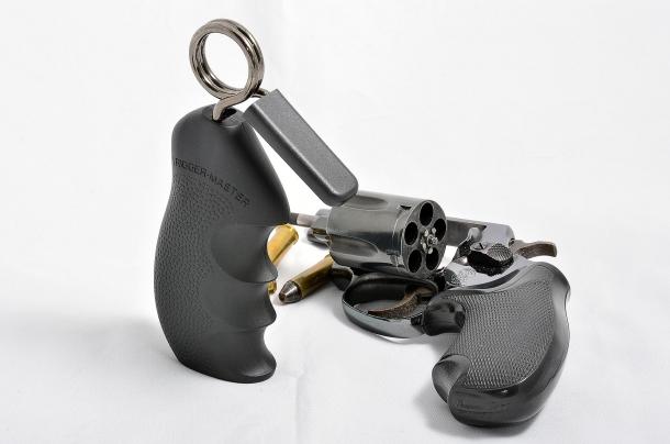 il Trigger-Master è utile per imparare a gestire la leva di scatto particolarmente resistente di armi dotate di sola doppia azione o striked fired
