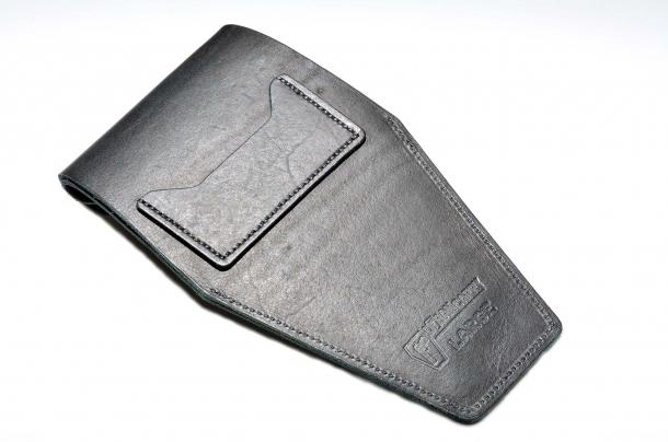 Nel retro è applicata una tasca utile per conservare carte di credito o simili