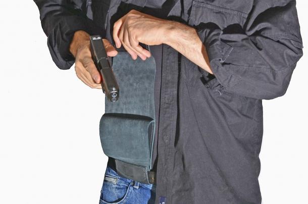 Per poter impugnare l'arma, la fondina deve essere estratta completamente