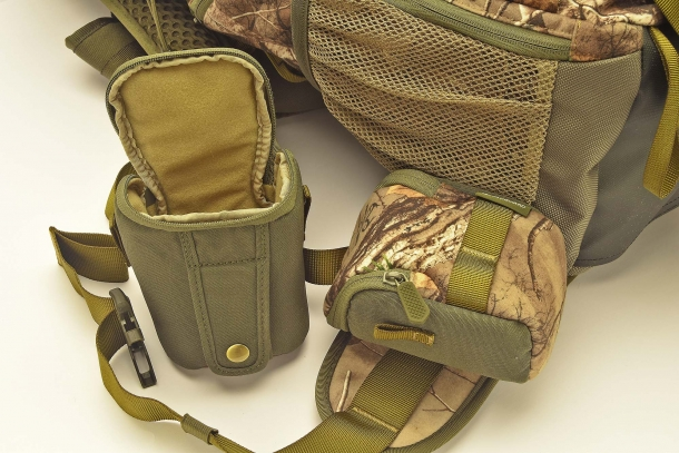 The backpack is equipped with 2 external removable pouches