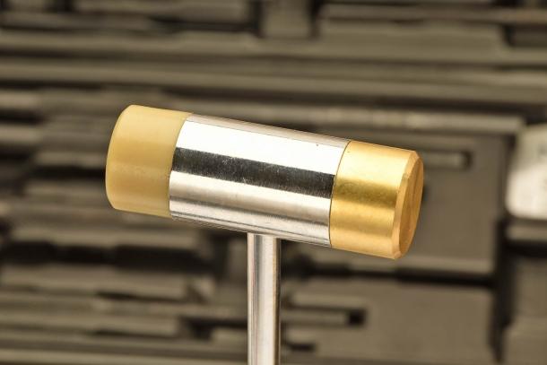 Il kit include un classico martelletto da armaiolo con testa in ottone e nylon