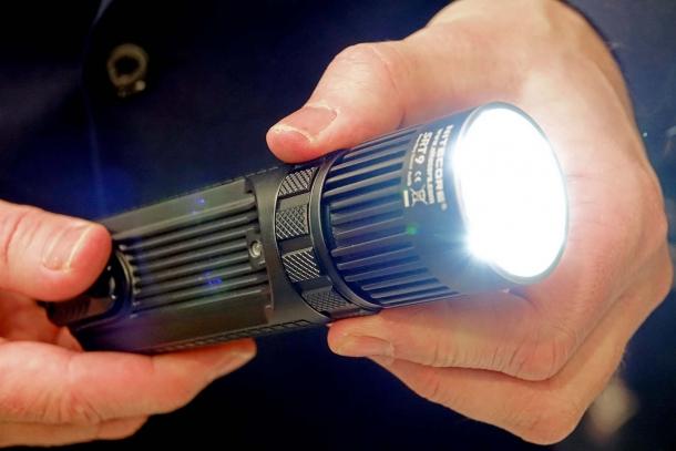 Nitecore SRT9: 2.150 lumen e anche una luce UV