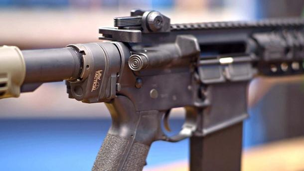 """Lo """"AR Folding Stock Adapter Gen 3-M"""" è un adattatore per calci pieghevoli per carabine e fucili di derivazione AR-15, prodotto dalla statunitense Law Tactical"""