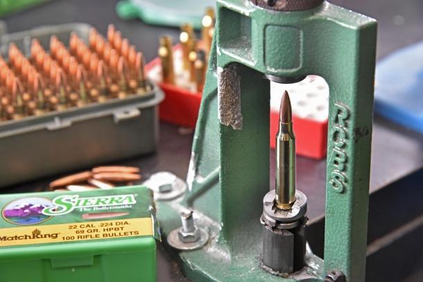 Una fase del caricamento: il posizionamento e crimpaggio dei proiettili nel bossolo
