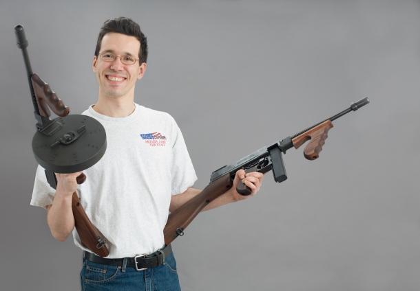 Fotografo, appassionato tiratore, esperto d'armi e sostenitore del Secondo Emendamento, Oleg Volk ci offre la sua opinione su quelli che sono gli scopi reali osservabili del cosiddetto 'Gun Control'