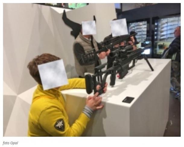 La foto pubblicata nell'intervista di Carlo Cefaloni a Giorgio Beretta, scattata illegalmente da una persona poi fermata dalle Forze dell'Ordine a HIT Show 2018