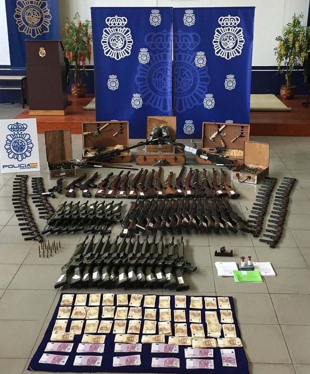 Alcune delle armi sequestrate dalla Polizia spagnola all'armeria Cantabrico Militaria