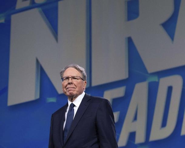 """Wayne LaPierre, attuale vicepresidente esecutivo della NRA: la sua amministrazione è stata molto criticata per le scelte politiche fatte ed è stata giudicata particolarmente """"allegra"""" dal punto di vista delle spese, ai limiti dell'irregolarità"""