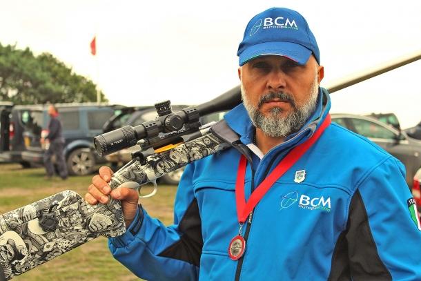 Lorenzo Brandi, con la sua carabina SLR F/TR in calibro .308 Match