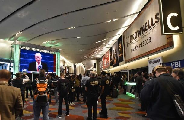 Persone raccolte nei corridoi dello SHOT Show, durante la cerimonia inaugurale di Donald Trump