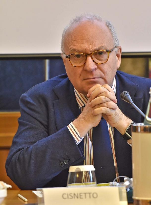 Il giornalista Enrico Cisnetto ha coordinato gli interventi della tavola rotonda