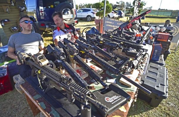 Le molte carabine ADC esposte nello stand di Armeria Red Point