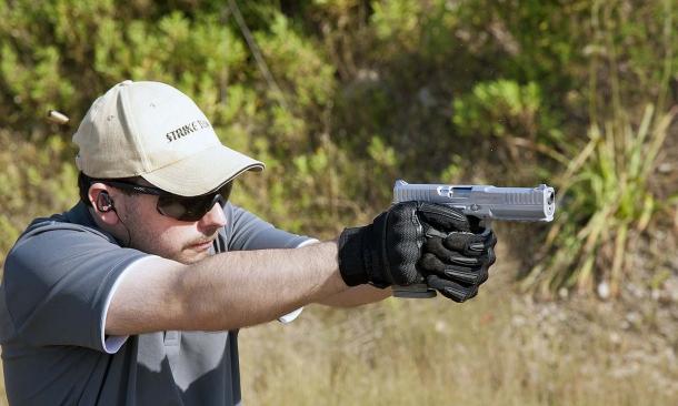 Pierangelo Tendas, Senior Editor per GUNSweek.com, al tiro con una AF-1 Strike One