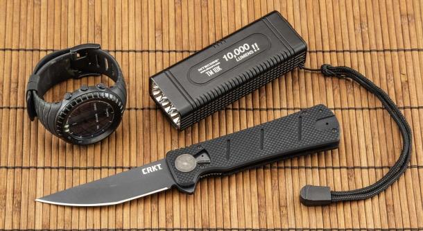 Un coltello è un utensile, un accessorio come molti altri, e come tale ha senso (è giustificato) utilizzarlo in determinate circostanze, ma non altre