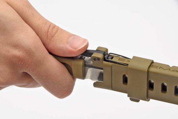 L'estrazione del coltello avviene premendo la piccola leva di sblocco