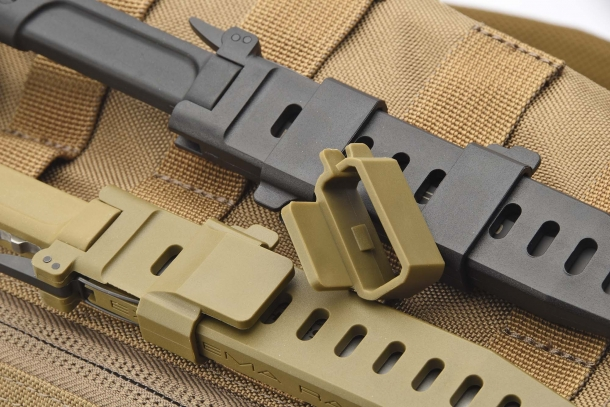 The two sliding/reversible clips fastening to M.O.L.L.E. systems
