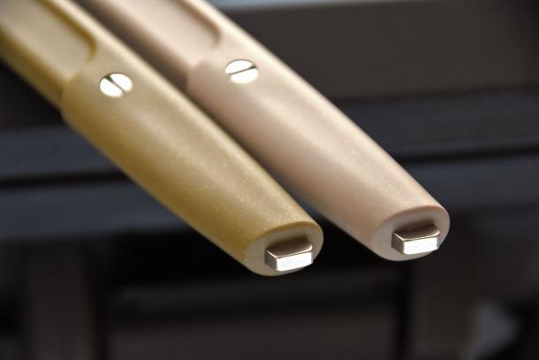 Dalla parte terminale dell'impugnatura sporge un dente d'acciaio, utile quando si usa il coltello in combattimento