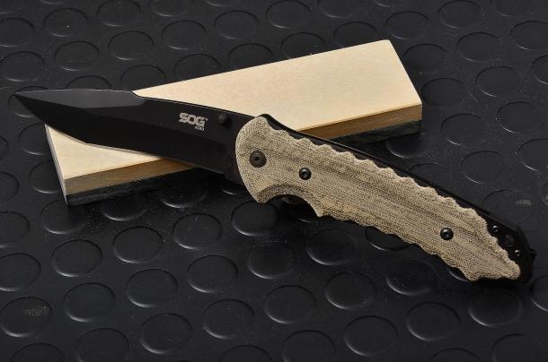 Coltello SOG modello KIKU, lama di circa 9cm, in acciaio AUS 8, manico in micarta