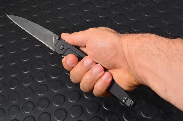 un coltello aggressivo della Extrema Ratio modello Dark Talon dotato di lama 125mm, in acciaio inox N690Co 58HRC