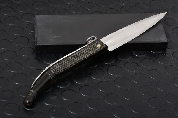 il coltello romano, detto anche serratore o a scrocco, simile al catalano, in una riproduzione dell'artigiano Nino Nista, dotato di sistema di blocco della lama detto a scrocco a causa del rumore provocato durante l'apertura