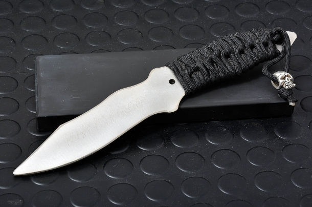 un coltello in acciaio privo di filo, utilizzato per addestramenti al maneggio e combattimento con e contro attacchi portati con armi bianche