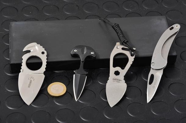 nella foto neck knife e un mini push dagger. questi coltellini, sebbene dotati di lame dalle dimensioni ridotte, possono causare serie ferite