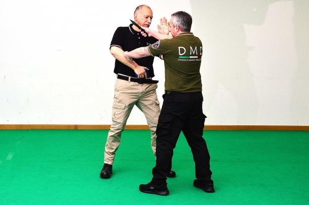 tipica situazione da attacco con il coltello a distanza di braccio. ognuno può immaginare in un simile evento reale l'esito dello scontro