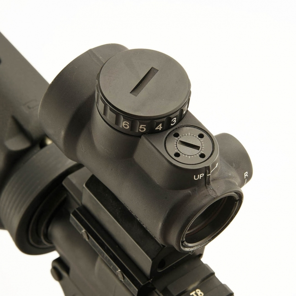 A signature feature of the Trijicon MRO gunsight: surface-flush adjustment turrets