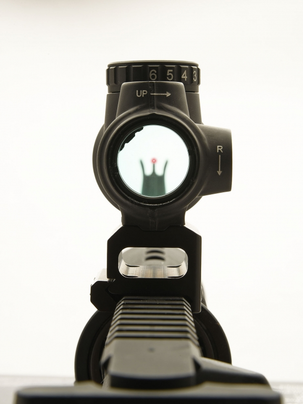 The brightness adjustment dial offers up to eight different levels – five visible, three NVG-compatible
