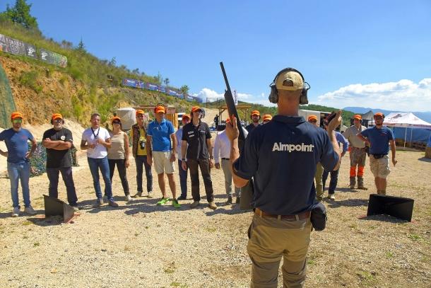 Erik Âs, direttore dell'addestramento per la Aimpoint, durante un momento di preparazione al tiro