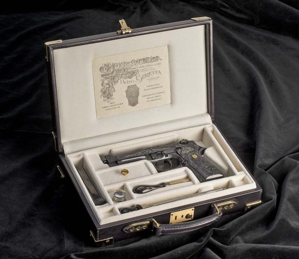 La Beretta 98FS Demon poggiata sulla sua valigetta in pelle
