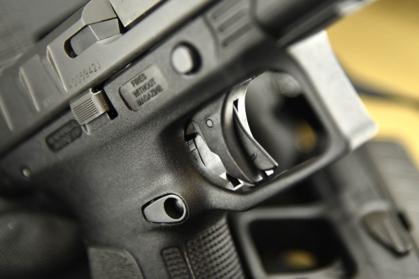 dettaglio della sicura sul grilletto