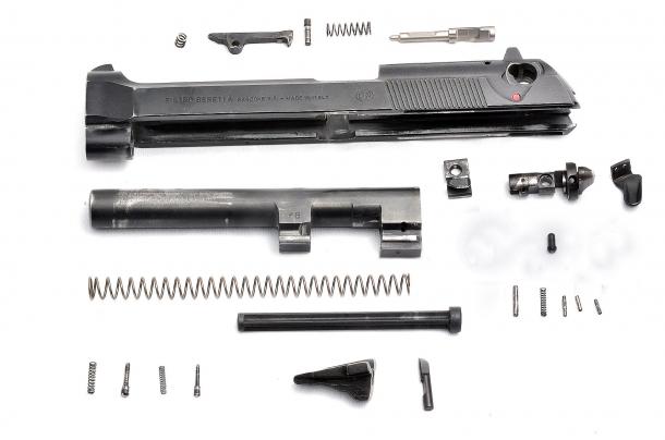 Il carrello della Beretta serie 92 composto da oltre 20 parti. Lo smontaggio completo, per comprensione della visuale ha richiesto una seconda immagine per le parti del fusto.