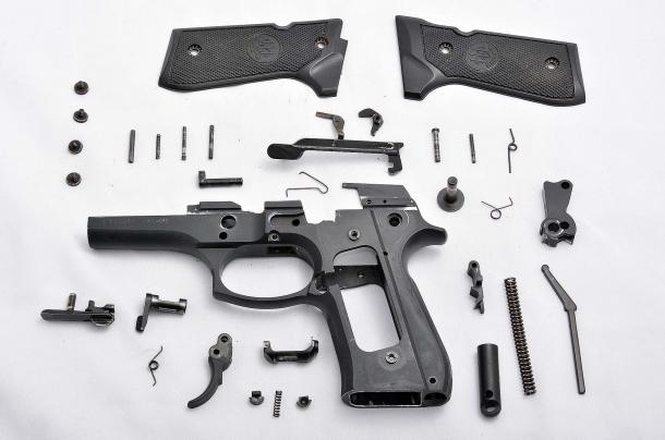 Lo sterminato numero delle parti che compongono il fusto della Beretta serie 92.