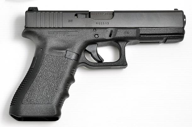 La Glock mod G17 ha sbaragliato tutta la concorrenza e ancora tiene testa alle pistole che continuamente cercano di copiarla. Geniale, semplice, affidabile, resistente ed economica.