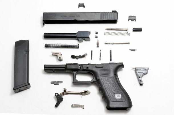 La Glock completamente smontata mostra la sua semplicità meccanica. Poco più di 30 parti nel rispetto della filosofia che dice: quello che non c'è non si rompe