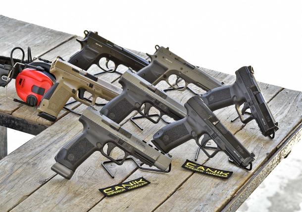Le nuove pistole Canik: in primo piano la TP9 SFx; in seconda fila, le tre versioni della TP9 SF; in alto a destra, la TP9 v2; in alto a sinistra, le due versioni della P120