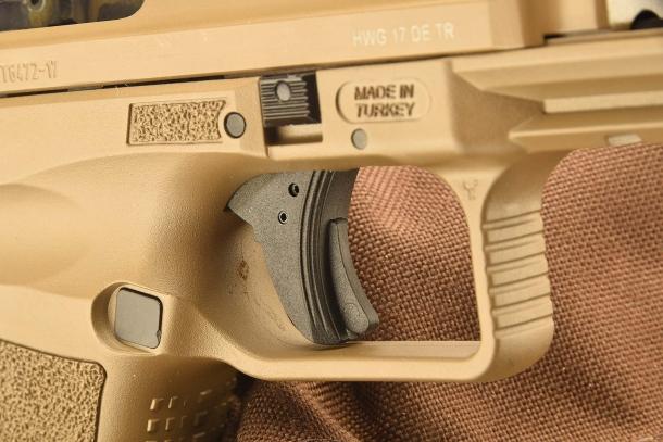 Il grilletto della Canik TP9 SF: al centro si nota la leva della sicura