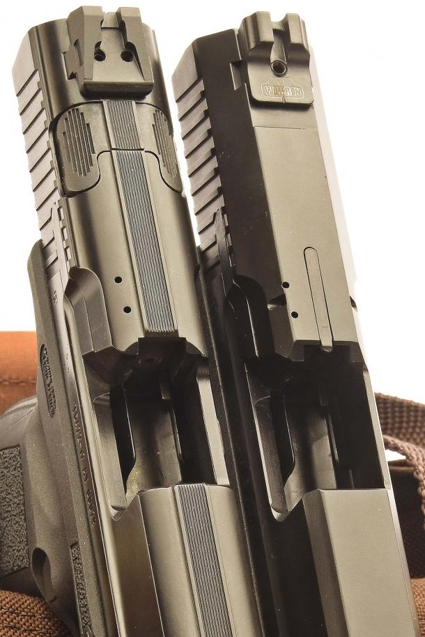 2 - Sul carrello della TP9 v2 (sinistra) è visibile il pulsante ambidestro di disarmo del percussore. Sul carrello della TP9 SF si nota invece l'avviso di colpo in canna, in posizione centrale
