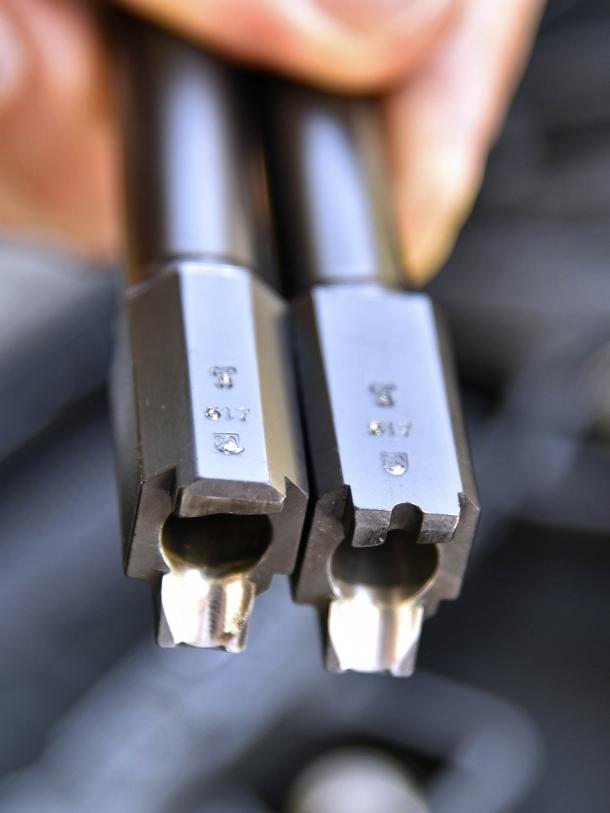 3 - Le due canne: su quella della TP9 SF (a destra) in alto si nota lo scasso per l'avviso di colpo in canna