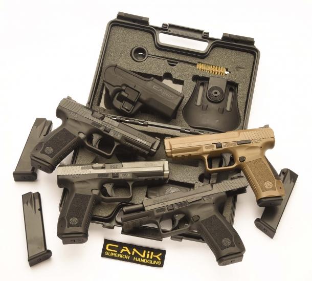 Le tre Canik TP9 SF e la TP9 v2 (in basso a destra) oggetto di questo articolo, con la valigetta e gli accessori di cui sono dotate