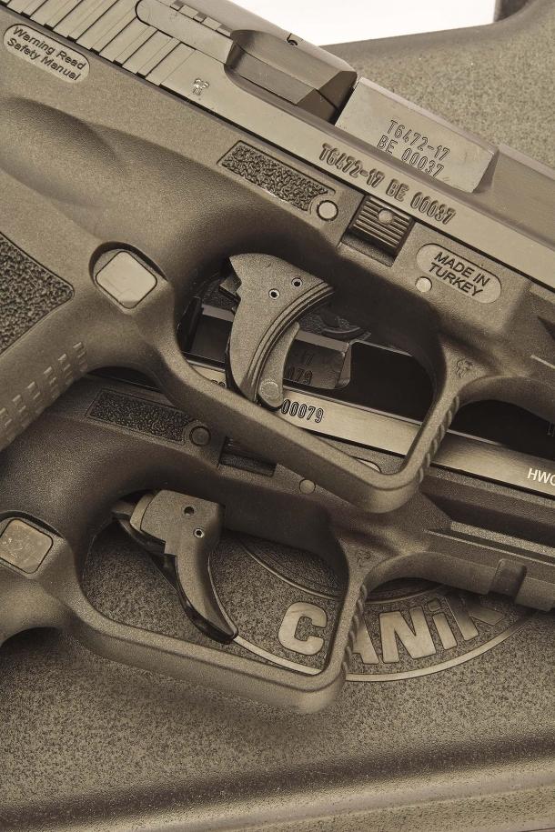 1 - I due grilletti, con i relativi sistemi di sicura. In basso quello della TP9 v2, in posizione di riposo, utilizzabile in doppia azione