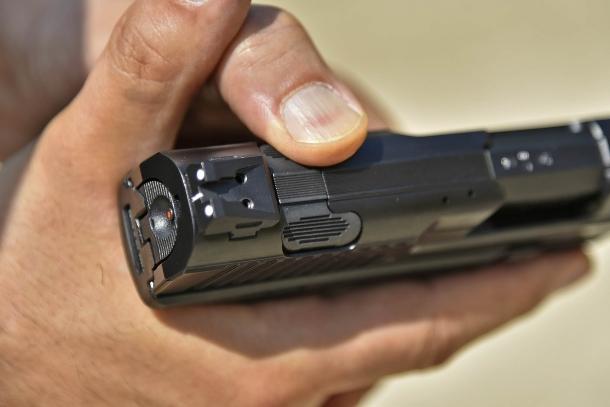 Il pulsante ambidestro di disarmo del percussore della Canik TP9 v2 azionato con il pollice della mano debole