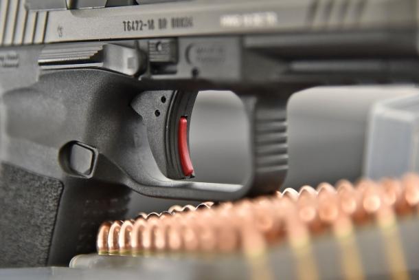 il grilletto, con la sicura automatica ben visibile